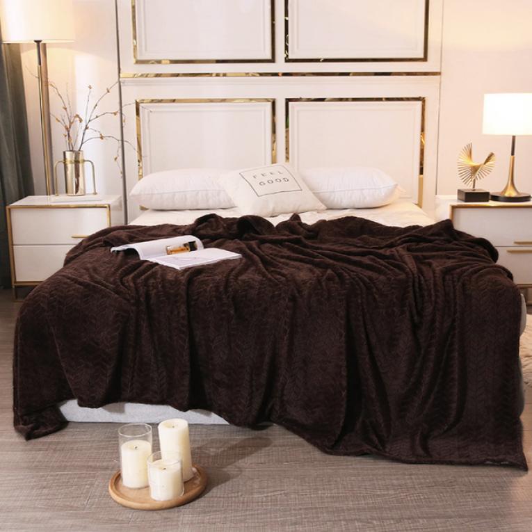 Коричневое велюровое покрывало на кровать и на диван Koloco паркет с овчиной